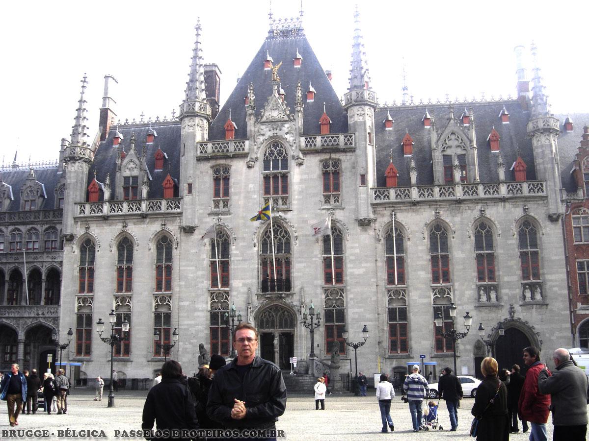 Esta torre medieval , o Halletoren é a maior e mais importante construção de Brugge, e fica situada bem em frente à praça do mercado. Ela foi construída no século 13, tem 88 metros de altura e no seu topo possui um carrilhão com 47 sinos. Este ponto é o próprio coração da cidade, e serve como referência para todos os passeios em Brugge. Quem quiser subir os 366 degraus da torre vai desfrutar de uma vista completa de toda a cidade.