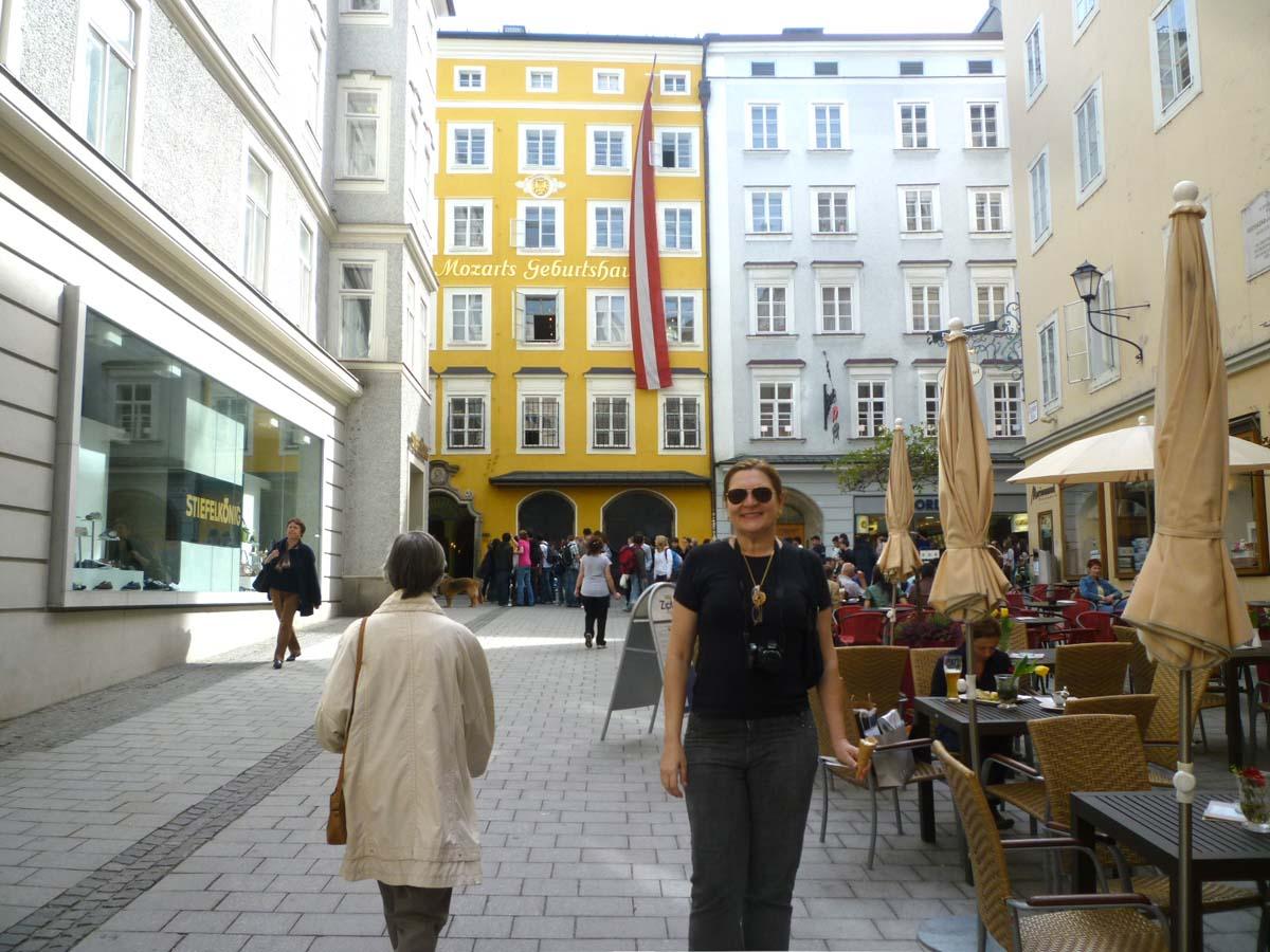 Salzburg, cidade natal de Wolfgang Amadeus Mozart, um dos mais geniais compositores de sempre, e é até hoje uma cidade voltada para a música erudita, com espetáculos e festivais, principalmente no verão.