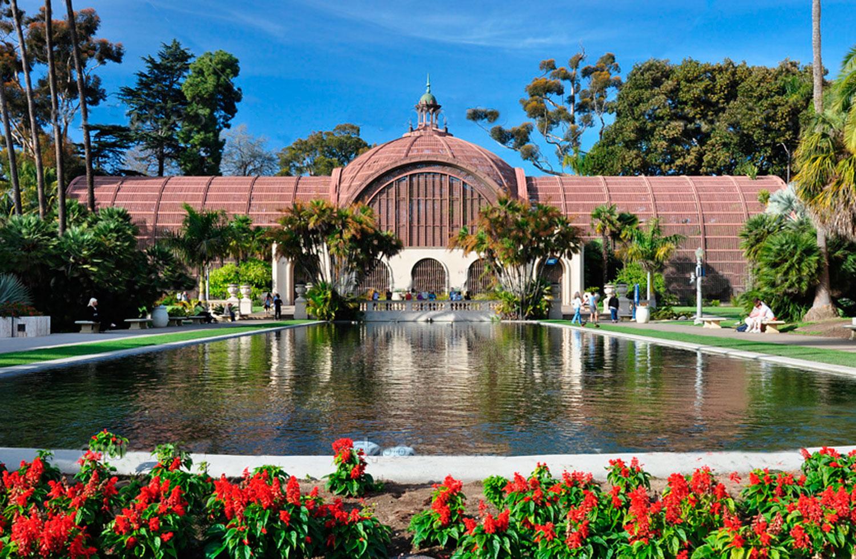A visão do Edifício Botânico com a Lily Pond, em primeiro plano , é uma das cenas mais fotografadas em Balboa Park Construído para a Exposição de 1915-1916, juntamente com as adjacentes Lily Pond, o edifício histórico, é uma das maiores estruturas de ripa no mundo. Os plantios Botânico de construção incluem mais de 2.100 plantas permanentes, com coleções de cicas fascinante, samambaias, orquídeas, outras plantas tropicais e palmeiras. O Edifício Botânico apresenta também alguns dos vibrantes do Parque exibe flores sazonais.