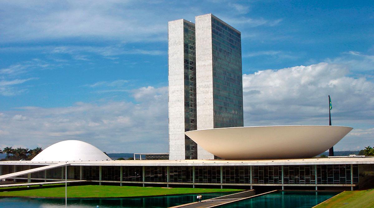 """Congresso Nacional- Sede do Poder Legislativo, o Congresso Nacional é composto pelo Senado Federal - que fica do lado esquerdo e é representado pelo """"prato côncavo"""" - e pela Câmara dos Deputados - localizada ao lado direito e representada pelo """"prato convexo""""."""