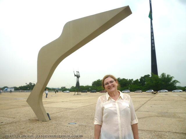 A Praça dos Três Poderes é um dos pontos turísticos mais visitados de Brasília. Um lugar aberto e bastante espaçoso, onde recebe turistas de todas as partes do Brasil