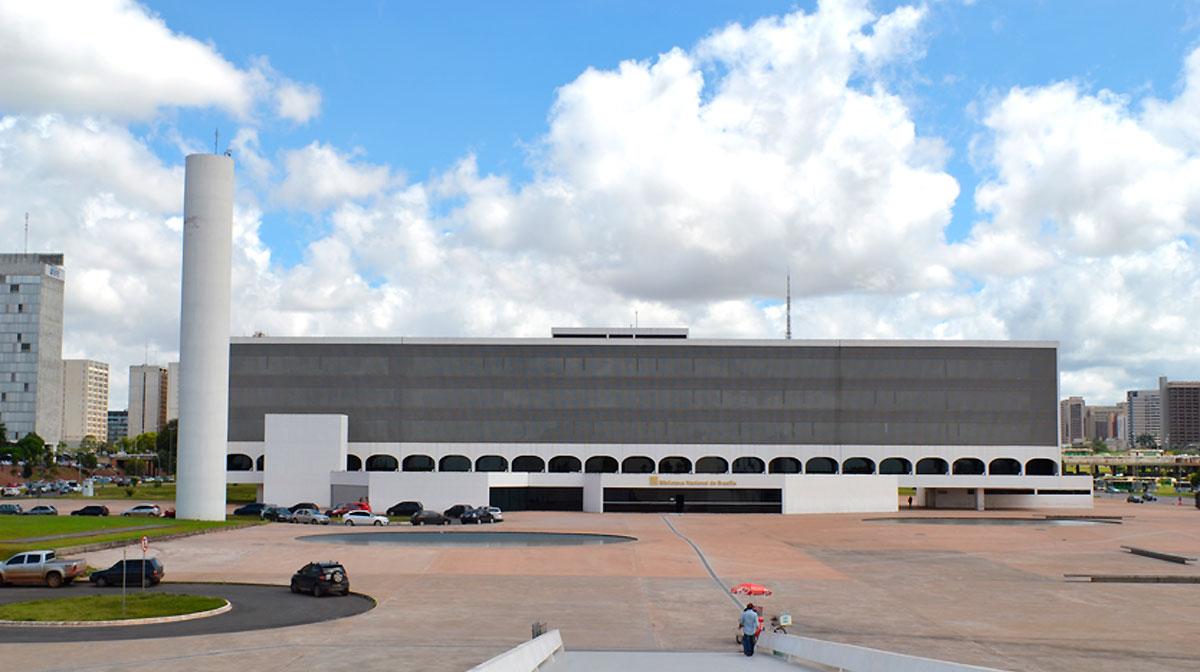 Museu Nacional e a Biblioteca Nacional de Brasília. Com projeto de Oscar Niemeyer, ambos estão localizados na Esplanada dos Ministérios, um pouco à frente da Catedral Metropolitana. Entre eles, uma grande praça aberta em concreto, com dois espelhos d´água. Foram inaugurados em 2006, em ocasião dos 99 anos de idade do arquiteto. A Biblioteca Nacional Leonel de Moura Brizola possui aberturas em arco abatido na fachada, e uma grelha que protege as superfícies envidraçadas.