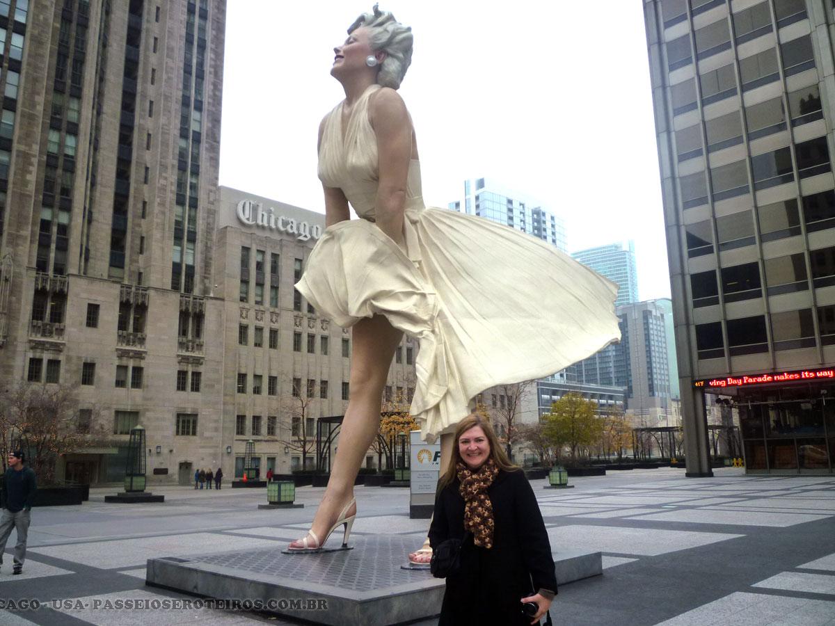 Quando estivemos em Chicago lá encontramos essa estátua da atriz com 8 metros de altura e quinze toneladas, a irreverente escultura Forever Marilyn se destaca em meio a altíssimos arranha-céus da Michigan Avenue, a principal via de Chicago. Inaugurada em julho de 2011 para homenagear a atriz Marilyn Monroe, a estátua de Seward Jonhson reproduz a famosa cena do filme O pecado mora ao lado, em que o vento que sopra da grade do metrô levanta o vestido da diva. A atração ficou exposta até o primeiro semestre de 2012.
