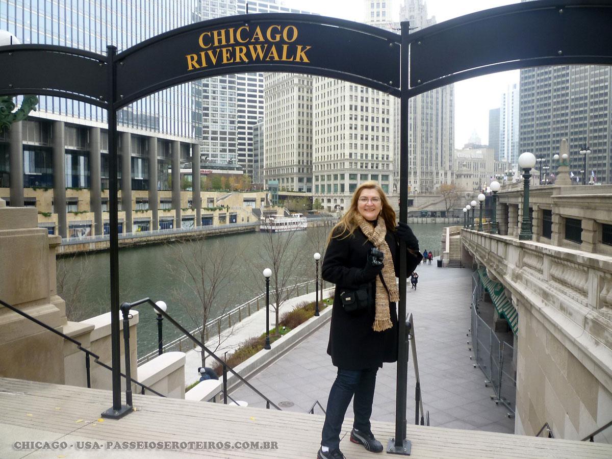 Chicago Riverwalk é um lugar excelente para desfrutar Chicago, sua história e sua arquitetura magnífica. A características por aqui são passeios públicos e áreas de estar ao longo da borda da água, onde os visitantes podem desfrutar de vistas incríveis do canyon do Loop e arranha-céus, enquanto vê os barcos passarem. O Riverwalk também possui atrações como cafés, passeios de barco, táxis aquáticos, aluguel de bicicletas e passeios, e artesanato feito por artesãos locais. O Riverwalk Chicago fica ao longo da margem sul do rio Chicago, a partir de Lake Shore Drive para Franklin Street.