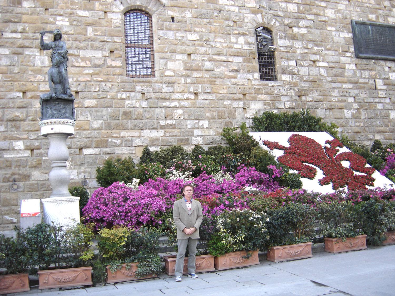 Piazza della Signoria - Nesta praça está localizado o Palazzo Vecchio. É possível admirar as pinturas e esculturas no seu interior, onde funciona um museu. Ao lado do Palácio estão esculturas famosas de Cellini e Giambologna. Também está localizado nesta praça o Museu Uffizi.