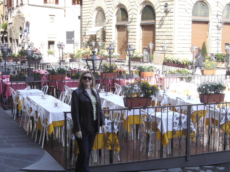 """Florença foi durante muito tempo considerada a capital da moda. É considerada o berço do Renascimento italiano, e uma das cidades mais belas do mundo. Tornou-se célebre, também, por ser a cidade natal de Dante Alighieri, autor da """"Divina Comédia"""", que é um marco da literatura universal. Neste Poema ele descreve a cidade de Florença em muitas passagens, assim como alguns de seus contemporâneos florentinos célebres, que também são personagens da obra."""