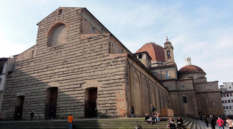 Basílica de São Lourenço está integrada no centro histórico de Florença, local classificado Património Mundial pela UNESCO, juntamente com a catedral e os palácios Médici-Riccardi, Pitti e Uffizi. O interior desta igreja é decorado no sentido renascentista, mas sua fachada ainda está inacabada. Atrás da igreja está a entrada para a Capela Medici.