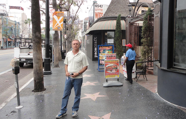 A Calçada da Fama de Hollywood é umas das poucas calçadas onde os pedestres não têm pressa de chegar a lugar nenhum. Pelo contrário, eles caminham lentamente com os olhos e as lentes das câmeras para baixo para absorver toda a história do cinema, da música e da televisão.Essa extensão de pavimento estrelada ocupa 15 quadras da Hollywood Boulevard e algumas ruas vizinhas. Desde 1960, a cidade tem imortalizado celebridades honradas com uma estrela cravada na calçada, um costume que começou como um truque para atrair visitantes para uma área que estava perdendo o seu encanto.