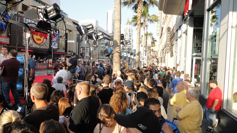 Como não poderia deixar de ser, Hollywood sempre nos reserva uma lista imensa de lançamentos. Assim fica a rua defronte ao local onde tudo acontece. Turistas e mais turista querendo registrar as celebridades.