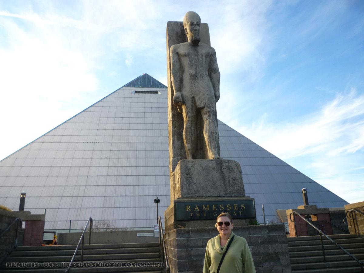 Ao fundo a pirâmide de Memphis localizada em Mud Island , que tem também diversas outras atrações turísticas, entre as quais o River Walk, representando uma versão em miniatura do rio Mississipi.