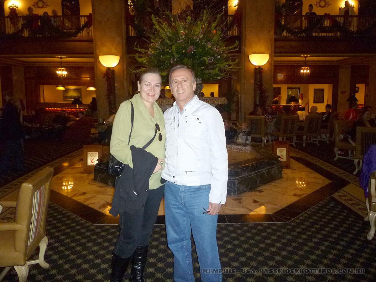 """Estivemos no hotel """"The Peabody"""" para apreciar a atração destaque de muitos anos do local: os patos. Eles saem da fonte (aqui atrás de nós) a um comando de voz, descem as escadas, passam pelo tapete vermelho em direção ao elevador. As pessoas se acotovelam para ver isso."""