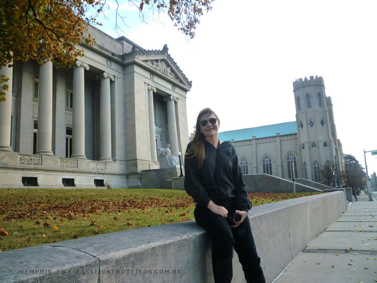 Memphis respira Elvis Presley. E blues. O Teatro Orpheu onde ele começou a se apresentar e a fazer os primeiros requebros, a primeira gravadora, estátuas.