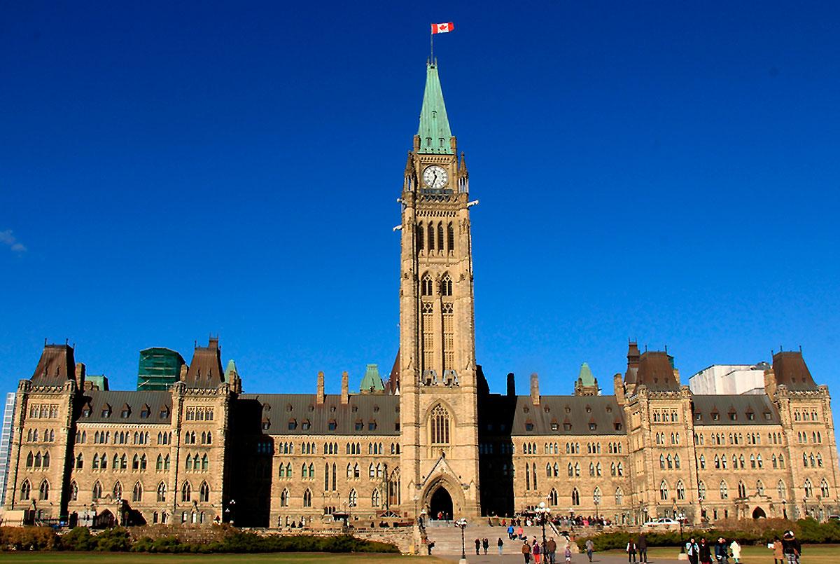 Este impressionante edifício está em Ottawa, num lugar chamado Parliament Hill. É ideal para quem goste de admirar a arquitetura do século XIX. A colina do Parlamento, com vista para a cidade de Ottawa, é composto por três edifícios que formam um espetacular complexo de neogótico. Foram construídos entre 1874 e 1878 e posteriormente estendidos. Os três edifícios são o bloco central, com a famosa Torre da Paz (torre do relógio), que abriga a Câmara dos Comuns e do Senado, além da biblioteca, o bloco de Leste, com o escritório do primeiro ministro canadense; e o bloco ocidental, com os gabinetes dos membros do Parlamento.