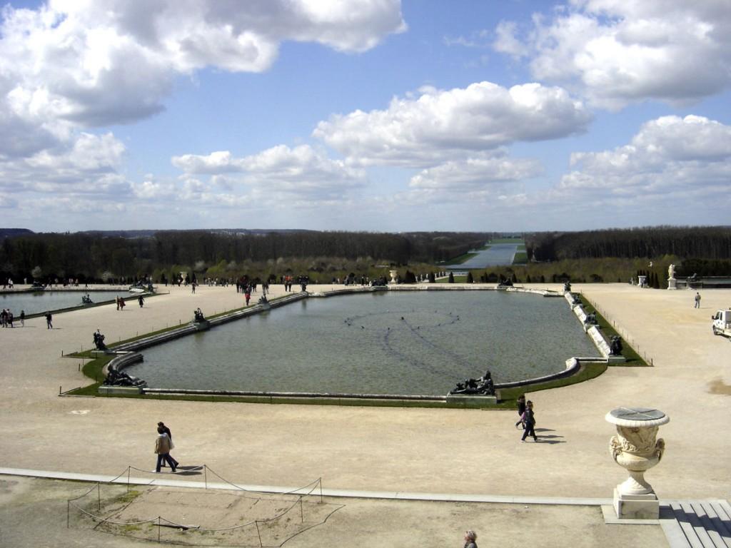 Os campos de Versalhes contêm um dos maiores jardins formais alguma vez criados, com extensos parterres, fontes e canais, desenhados por André Le Nôtre. Le Nôtre modificou os jardins originais, ampliando-os e dando-lhes um sentido de abertura e escala.