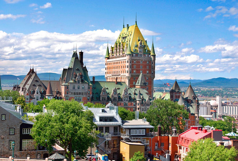"""Prédios que abrigavam bancos hoje falidos se tornaram hotéis --ou """"hôtel-boutique"""", um conceito de hotelaria que associa conforto extremo à presença de uma arquitetura bicentenária. Um exemplo seria o Château, que parece um castelo, mas que nunca foi um de verdade. Trata-se de um hotel de 600 quartos construído em 1893 pela ferrovia Canadian Pacific"""