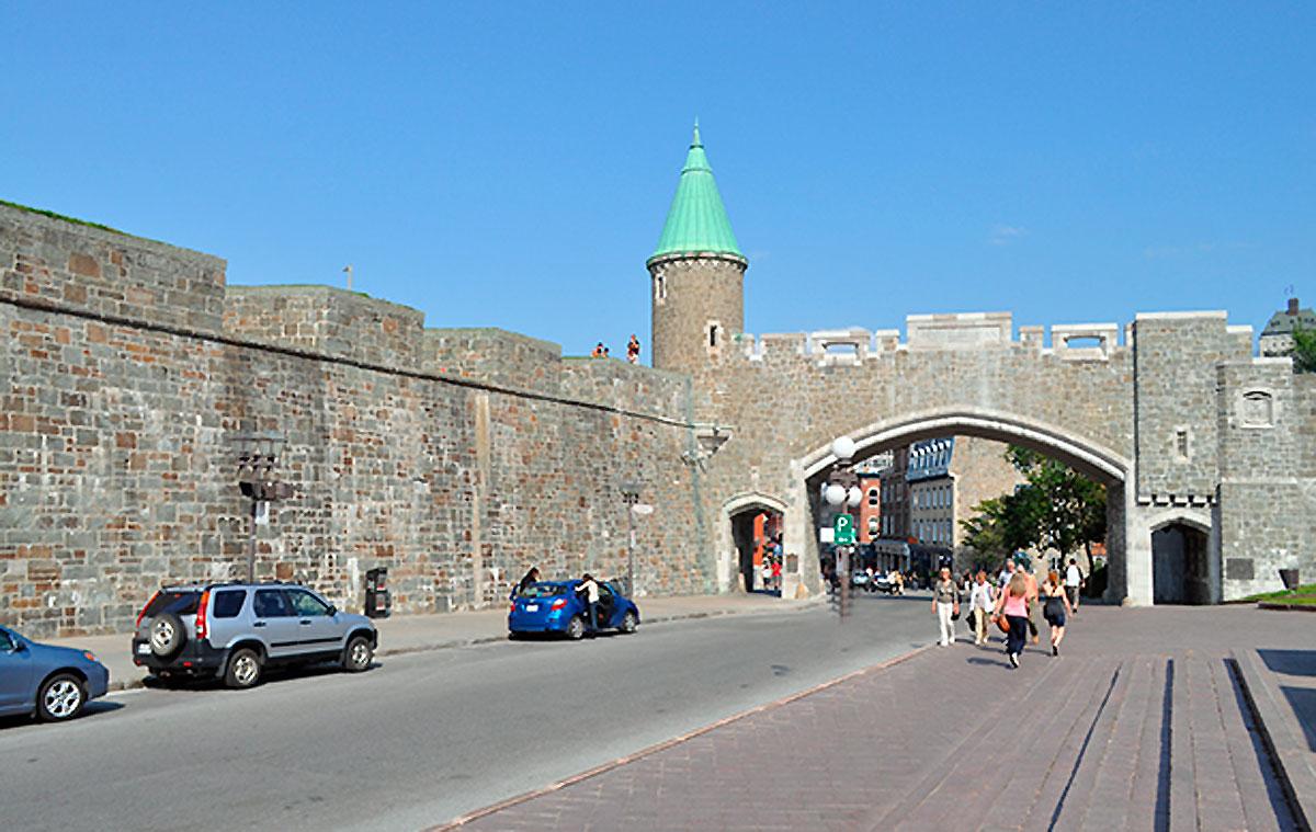 A cidade de Quebec é a única cidade entre o Canadá e os Estados Unidos da América cujos muros ainda estão de pé. O nome da cidade, bem como a da província, vêm de uma palavra de origem algonquina, que significa passagem estreita. Isto porque a largura do Rio São Lourenço na região da cidade de Quebec é de apenas 800 metros.