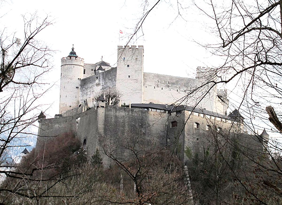 Fortaleza de Hohensalzburg - No cimo do Monchsberg, a fortaleza ou Festung de Hohensalzburg domina a paisagem e oferece a melhor panorâmica da cidade para os visitantes. Construída no ano 1077, pelo arcebispo Gebhard e posteriormente ampliada, no século XV, pelo arcebispo Leonhardvon Keutschach, é considerada a maior e melhor preservada cidadela da Europa Central. Reza a história que a sua posição privilegiada (a uma altura de 542 metros) permaneceu invicta ao longo dos séculos. Porém, desde 1892, pode ser alcançada por meio de um funicular, a partir da Festungsgasse. As armas de Salzburgo estão representadas a entrada por um escudo com um leão.