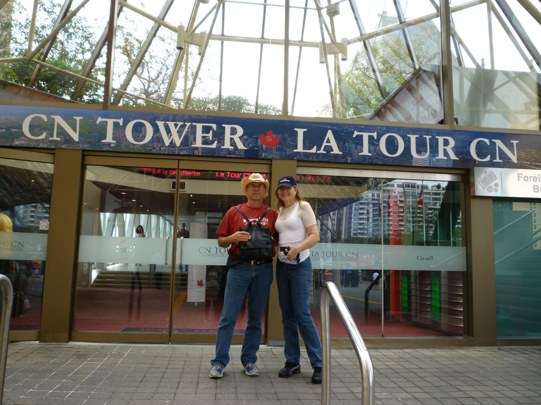 Eu e meu marido Manuel Lahóz na entrada da CN Tower