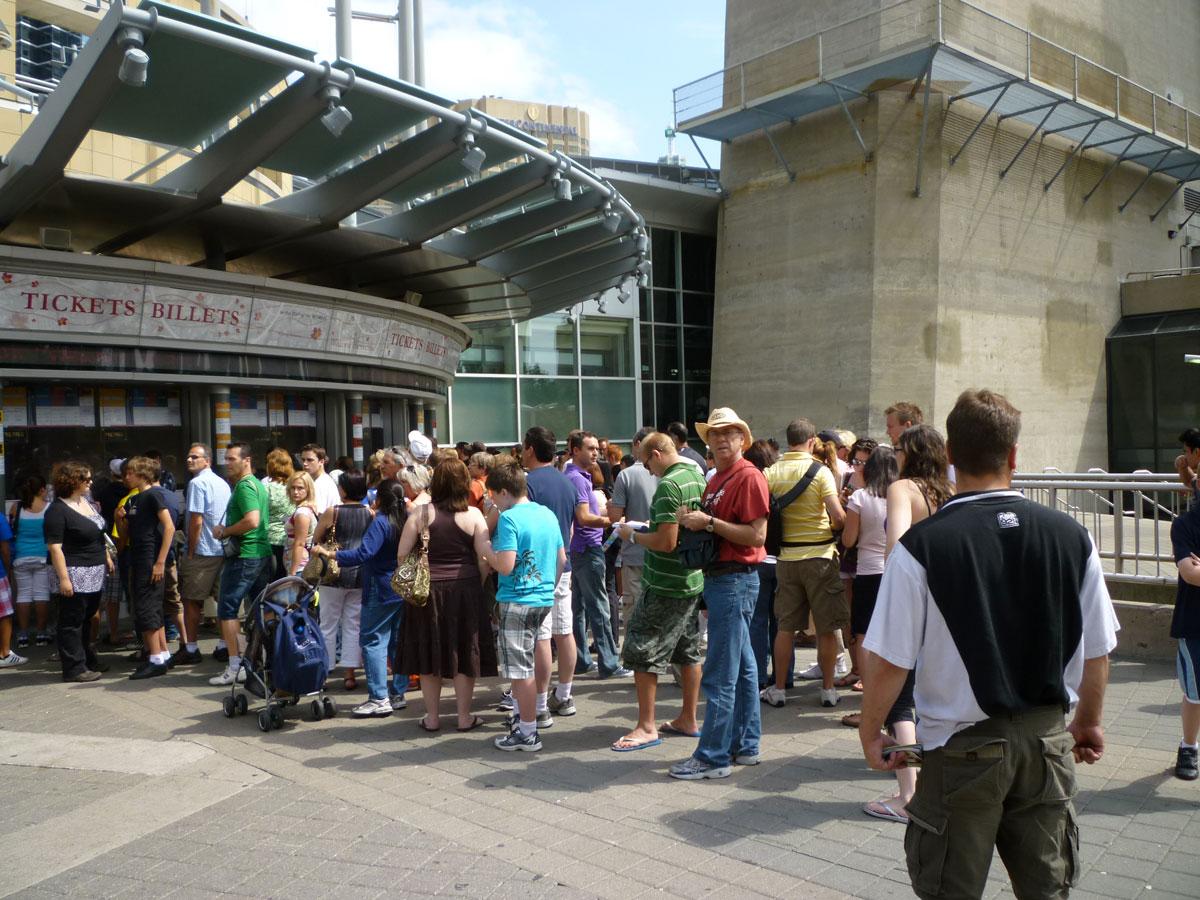 As filas não são grandes porque existem vários guichês para os ingressos.