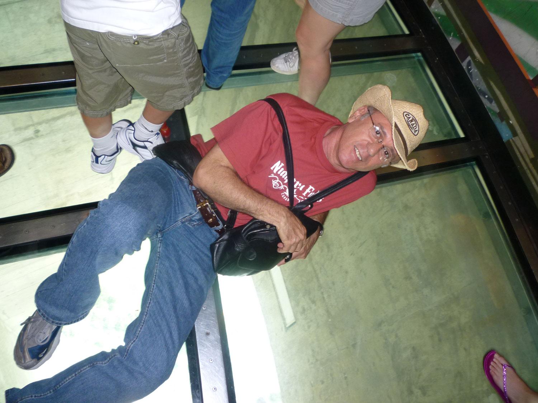 Eu tive medo de pisar no vidro, mas meu marido Manuel Lahoz ficou muito descontraído e me deixou bastante nervosa.rsrsrs
