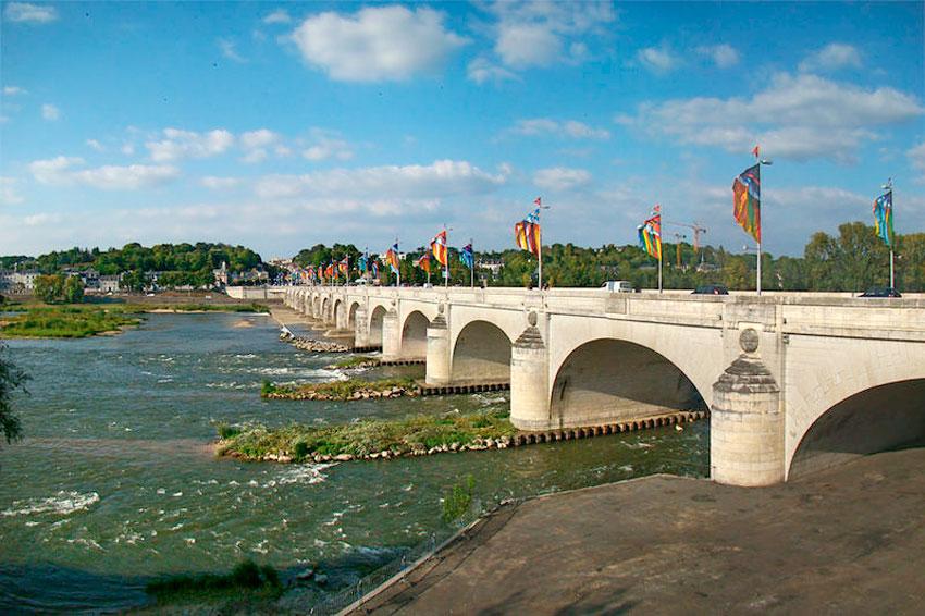 Tours é famosa por suas muitas pontes que atravessam o rio Loire .  Uma delas, a Ponte  Wilson  , foi danificada em 1978,  foi reconstruída exatamente como era antes