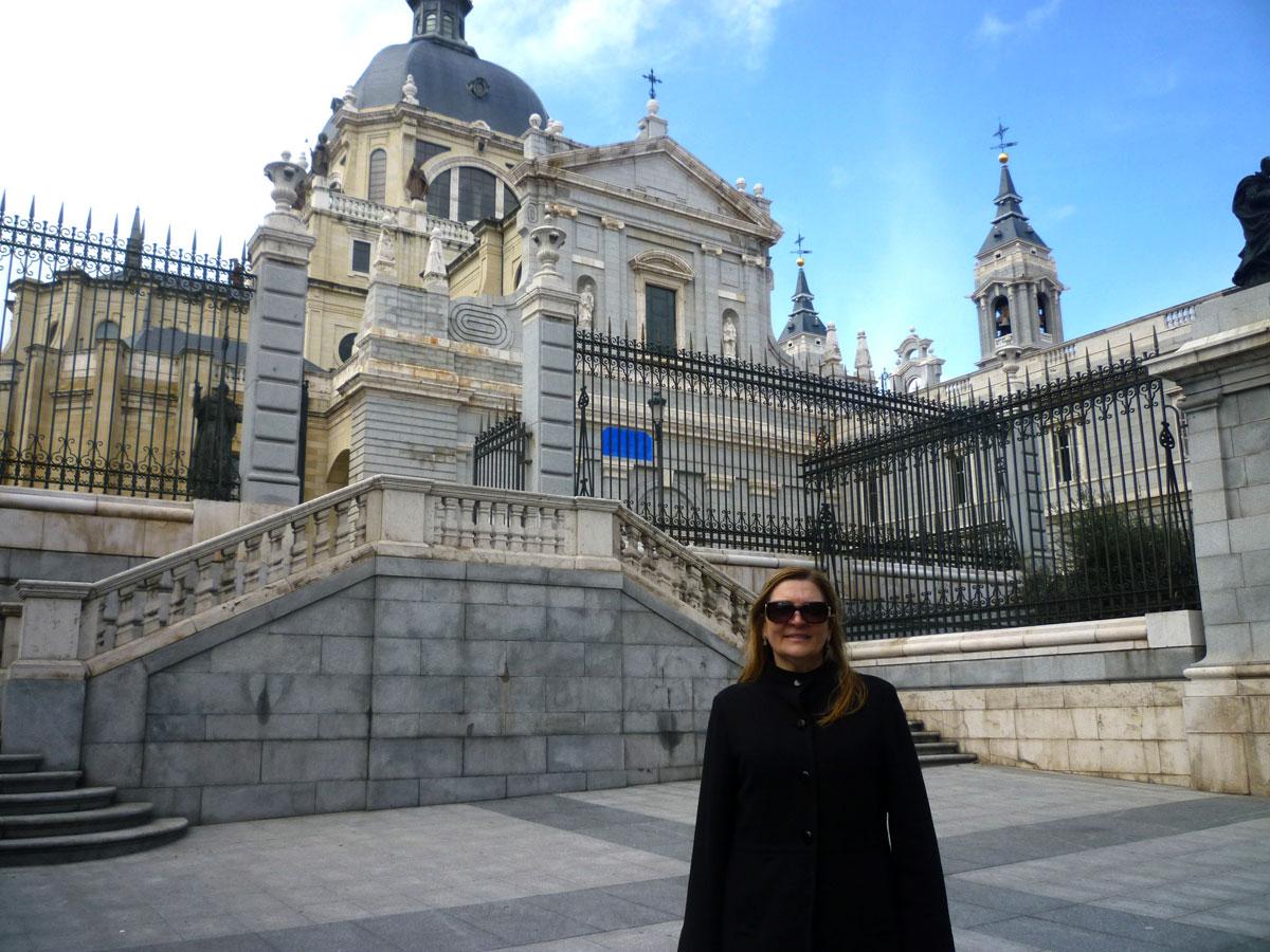 Catedral de Almudena: Um dos marcos de Madrid é a construção mais impressionante da cidade. A igreja fica bem em frente ao Palácio Real e sua fachada chama atenção por suas cores e pedras.