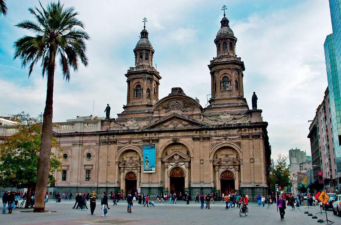 Na Praça das Armas, o principal templo católico do país é a quinta igreja erguida no mesmo lugar - as primeiras foram destruídas por terremotos. A construção, datada de 1748, foi feita pelo arquiteto Joaquín Toesca, o mesmo do Palácio de la Moneda.